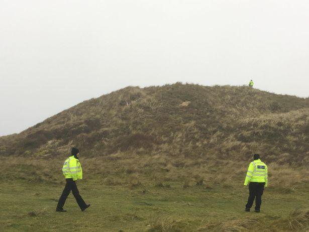 The scene where Devon and Cornwall Police Officers are preventing access to the beach (Image: Sam Beamish/Cornwall Live)